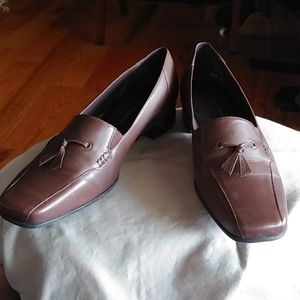 Great comfy pair of Easy Spirit Tasseled loafers 8